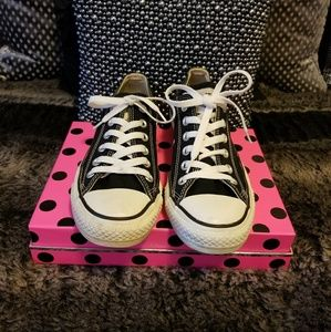 Converse Low Top Black & White Sneakers~ size 7